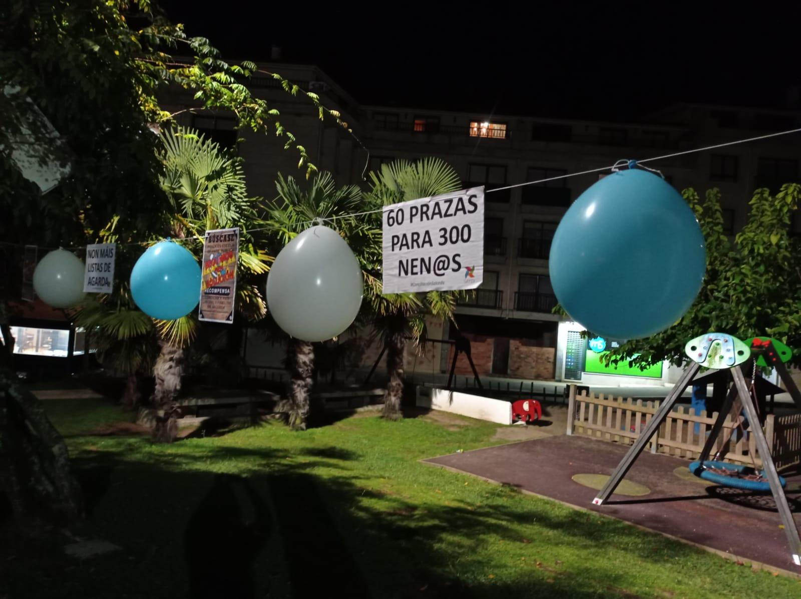 Carteles y globos visten las calles de Salceda pidiendo una segunda Galiña Azul